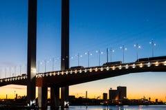 Tráfico del puente de Bolte en la oscuridad Imágenes de archivo libres de regalías