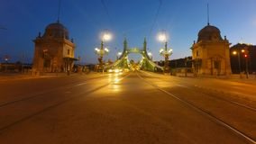 Tráfico del puente de Budapest en la noche metrajes