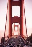 Tráfico del puente de San Francisco Golden Gate en el día de niebla e dramática Imagenes de archivo