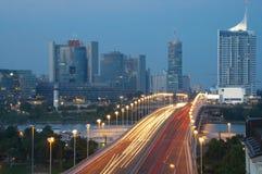 tráfico del relámpago sobre el puente de Danubio y el horizonte de Viena Imagenes de archivo