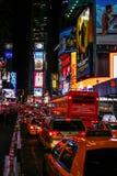 Tráfico del taxi y de autobús en el Times Square New York City Foto de archivo libre de regalías