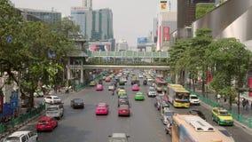 Tráfico diario en el camino ocupado en Bangkok almacen de video