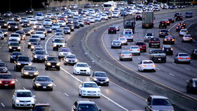 Tráfico diurno de la hora punta en autopista sin peaje ocupada en Los Ángeles almacen de video