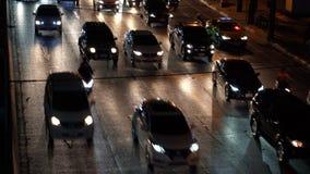 Tráfico durante hora punta en la autopista sin peaje ocupada en la noche, primer metrajes