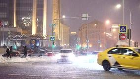 Tráfico duro en el bulevar de Sretensky cerca de la oficina de la compañía de Lukoil en un quitanieves metrajes