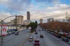 Tráfico en bulevar grande en el distrito de Japantown de San Francisco, CA en la puesta del sol fotos de archivo