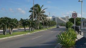 Tráfico en camino tropical almacen de metraje de vídeo