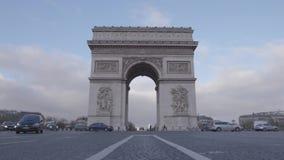 Tráfico en Champs-Elysees una París almacen de video