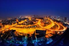 Tráfico en ciudad moderna en la noche Imagenes de archivo