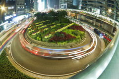 Tráfico en cruce giratorio en Hong-Kong en la noche Fotos de archivo