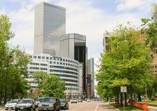 Tráfico en Denver céntrica imagenes de archivo