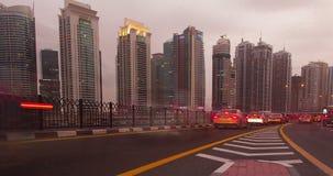 Tráfico en Dubai a partir del día a la noche almacen de metraje de vídeo