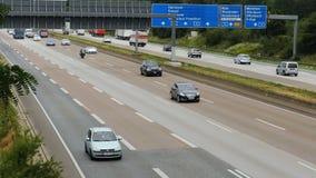 Tráfico en el autobahn alemán A5 de la carretera cerca del aeropuerto de Francfort almacen de video