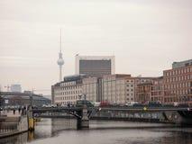 Tráfico en el banco de Reichstag con la torre de la TV en el fondo imágenes de archivo libres de regalías