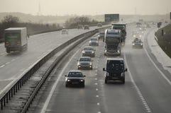Tráfico en el A421 Bedfordshire Reino Unido Fotos de archivo libres de regalías