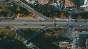 Tráfico en el camino almacen de metraje de vídeo