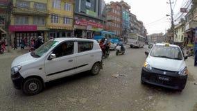 Tráfico en el camino de Boudha, Katmandu, Nepal almacen de video