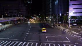 Tráfico en el camino en la noche en Taipei, Taiwán metrajes
