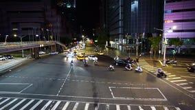 Tráfico en el camino en la noche en Taipei, Taiwán almacen de video
