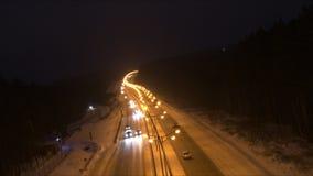 Tráfico en el camino en la oscuridad almacen de video