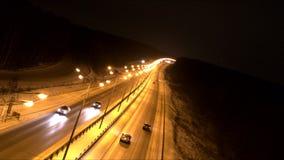 Tráfico en el camino en la oscuridad metrajes