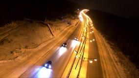 Tráfico en el camino en la oscuridad almacen de metraje de vídeo