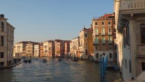 Tráfico en el canal magnífico en Venecia almacen de metraje de vídeo