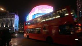 Tráfico en el circo de Piccadilly, Londres metrajes