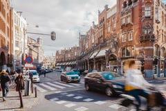 Tráfico en el corazón de Amsterdam fotos de archivo libres de regalías