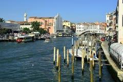 Tráfico en el grande canal, Venecia, Italia Fotografía de archivo libre de regalías