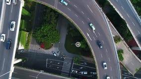 Tráfico en el paso superior de niveles múltiples del intercambio en Shangai almacen de video