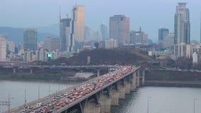 Tráfico en el puente de Cheongdam sobre el río de Hangang almacen de metraje de vídeo