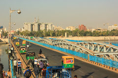 Tráfico en el puente de la herencia Fotos de archivo