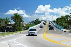 Tráfico en el puente del paso de Mantanzas en el fuerte Myers Beach, la Florida Imagen de archivo
