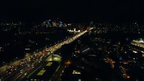 Tráfico en el puente del puerto en la noche almacen de metraje de vídeo