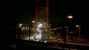Tráfico en el puente en la noche almacen de metraje de vídeo