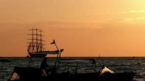 Tráfico en el puerto flotadores del barco de placer en el primero plano lejos que mueve la nave tres-masted con los pasajeros a b almacen de video