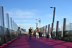 Tráfico en el rosa Lightpath de Auckland Foto de archivo libre de regalías