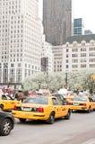 Tráfico en la 5ta avenida en New York City Imagen de archivo libre de regalías