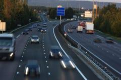 Tráfico en la autopista   Foto de archivo libre de regalías