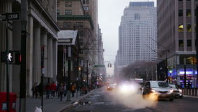 Tráfico en la calle de New York City Cámara lenta almacen de video