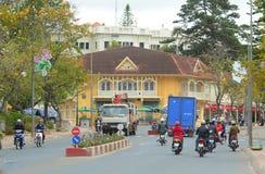 Tráfico en la calle en Dalat, Vietnam Imagen de archivo libre de regalías
