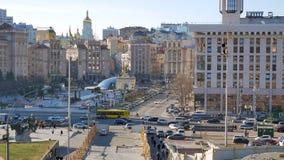 Tráfico en la calle principal Khreshchatyk de la ciudad de Kiev y el cuadrado central de la independencia - Maidan Nezalezhnosti