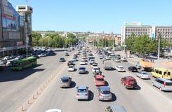 Tráfico en la calle Weinbaum krasnoyarsk Foto de archivo