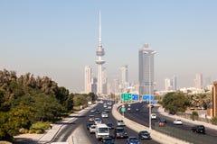 Tráfico en la carretera de la ciudad en Kuwait Foto de archivo libre de regalías