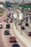 Tráfico en la carretera de la ciudad grande Fotografía de archivo