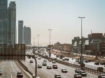 Tráfico en la carretera Sheikh Zayed Road en Dubai Fotos de archivo libres de regalías