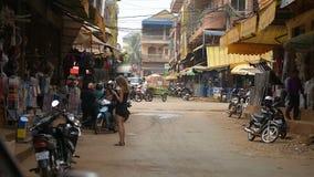 Tráfico en la ciudad de Banlung durante día