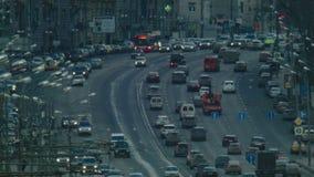 Tráfico en la ciudad grande almacen de metraje de vídeo