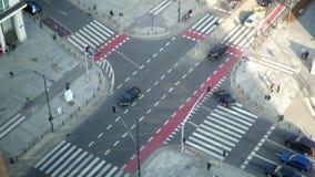 Tráfico en la ciudad en la intersección metrajes